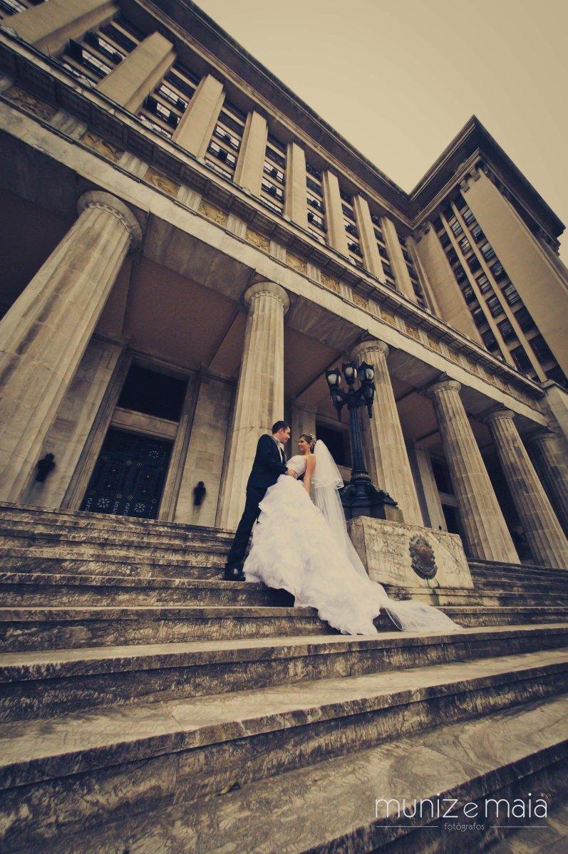 """Quer fugir das fotos tradicionais de casamento? Faça um ensaio """"Trash the Dress""""."""